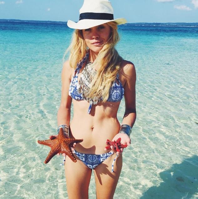 ania w kapeluszu na plaży