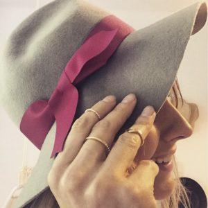 stylizacja kapeluszem z różową wstążką i cienkimi pierścionkami