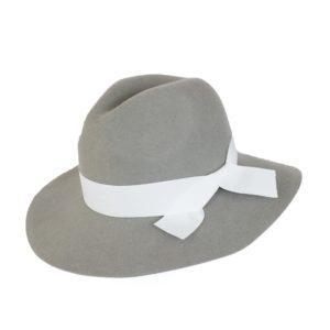 kapelusze indy z białą wstążką