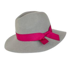 jasny kapelusz indy wiązany wstążką róż