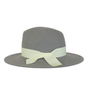 jasny szary kapelusz indy wiązany białą kokardą