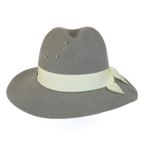 szary kapelusz indy wiązany białą wstążką