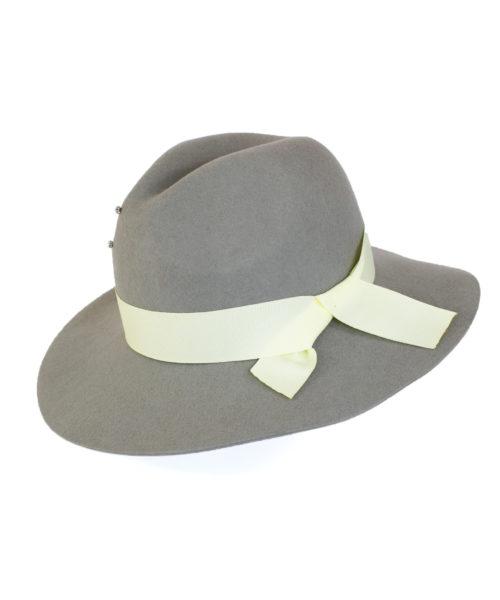 jasny kapelusz indy wiązany białą kokardą