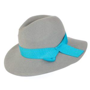 kapelusz indy wiązany błękitną wstążką