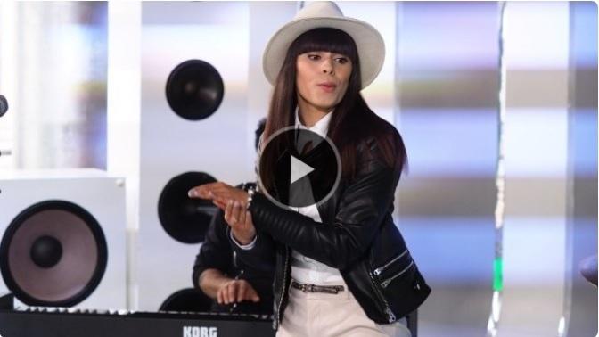 biały kapelusz fedora w tv