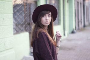 kapelusz z rondem dopasowany do długich włosów z grzywką