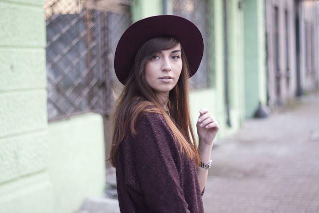 długie włosy i kapelusz fedora