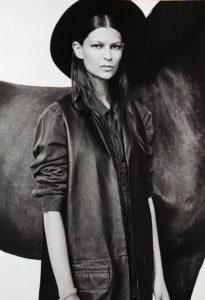 czarno białe zdjęcie modelki w kapeluszu z koniem