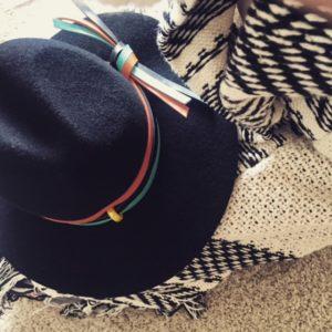 czarny kapelusz z kolorową wstążką