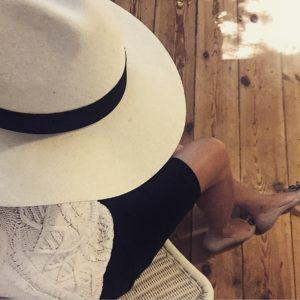 jasny kapelusz z czarnym paskiem