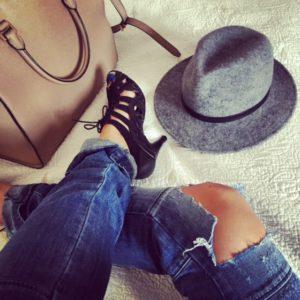 szary kapelusz z czarnym paskiem