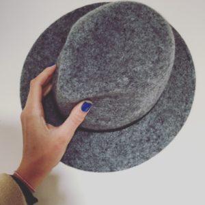 szary kapelusz marki hathat