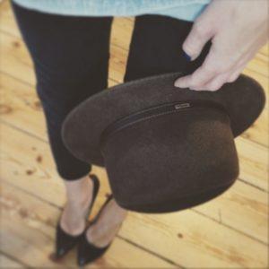 ciemny kapelusz z wąskim paskiem