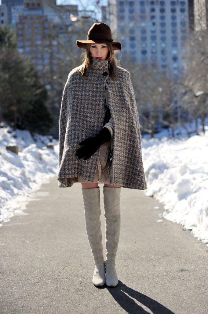 kapelusz i peleryna stylizacja zimowa
