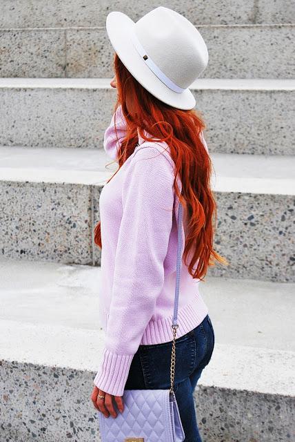 ruda kobieta w białym kapeluszu