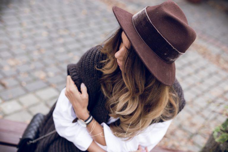 ciemny kapelusz z rondem stylizacje mody