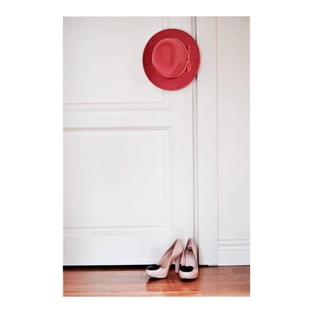 kapelusz i szpilki róż moda