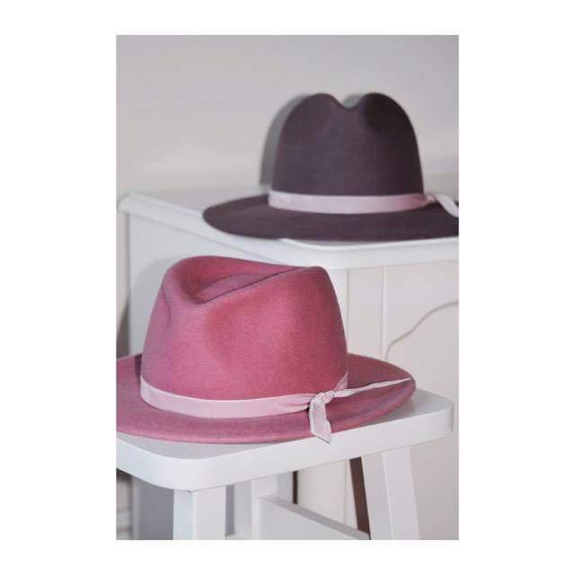 kapelusze z różowymi wstążkami