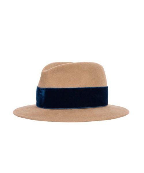beżowy kapelusz z niebieskim od hathat
