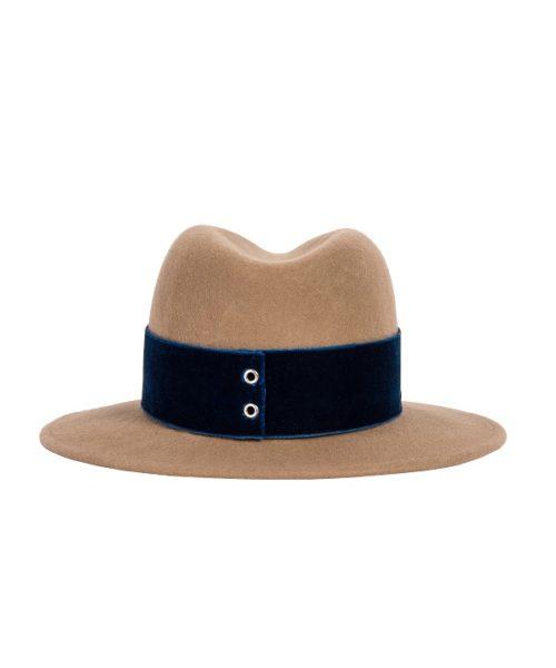 beżowy kapelusz z niebieską wstążką