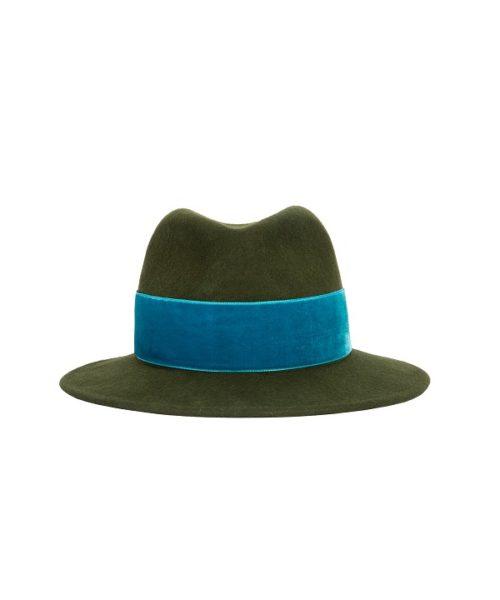 zielony kapelusz z niebieską wstążką