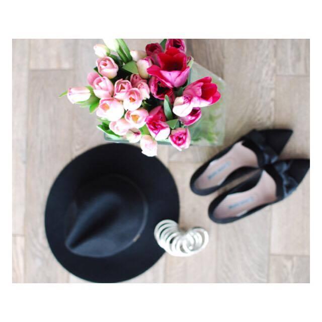 czarny kapelusz i szpilki damskie do pary