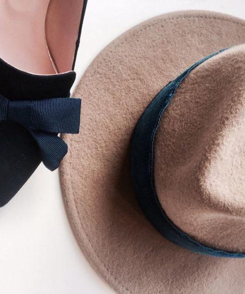 czarne szpilki damskie bravomoda i kapelusz z niebieską wstążką hathat