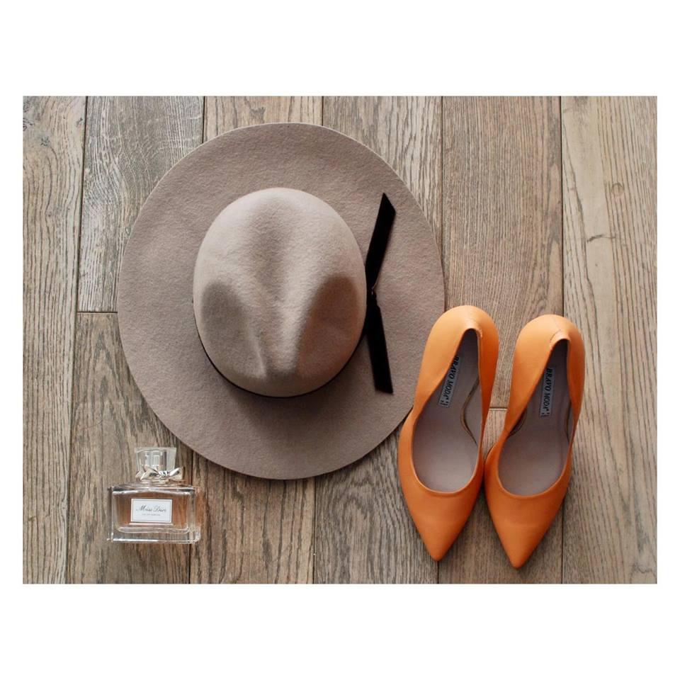 kapelusz jasny oraz szpilki i perfumy