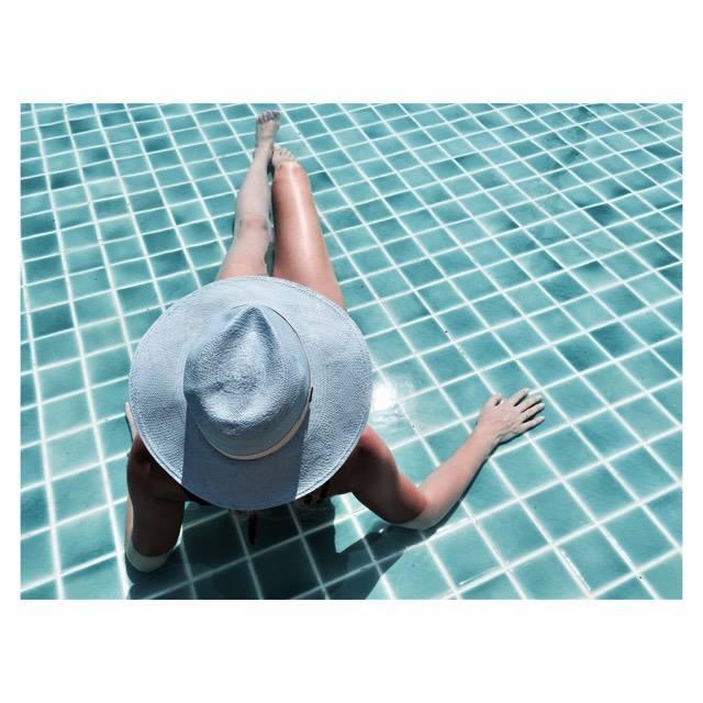 modelka i kapelusz na niebiesko