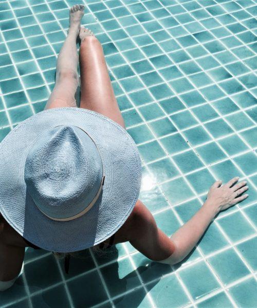 modelka w niebieskim kapeluszu