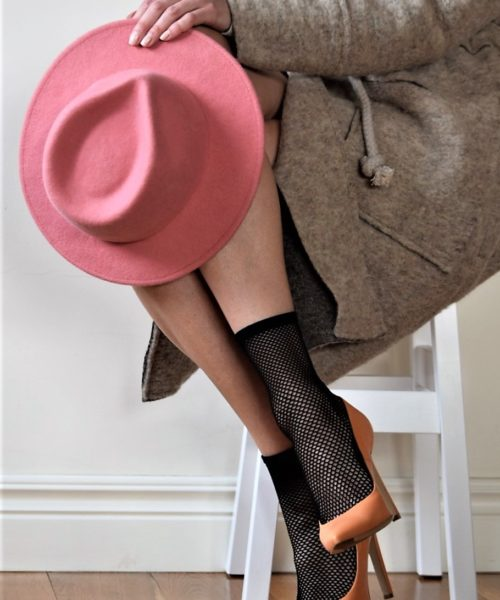 modelka w różowym kapeluszu i butach damskich marki bravomoda