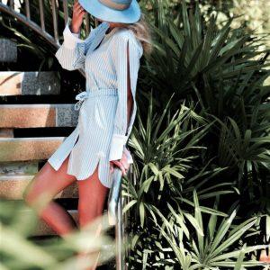 modelka w kapeluszu na schodach
