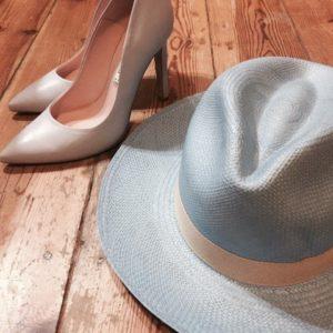 kapelusz z paskiem oraz buty bravomoda do kompletu