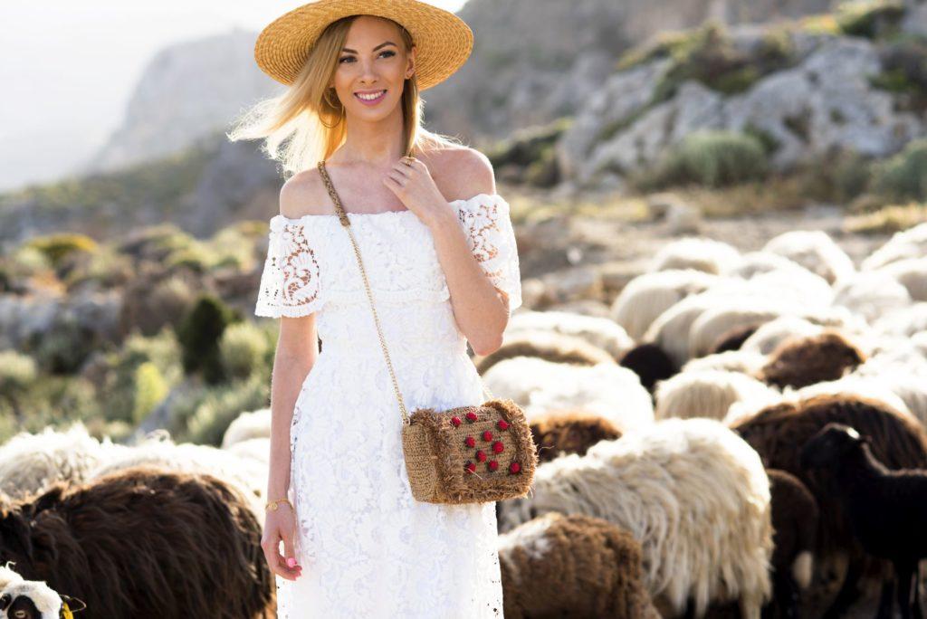 modelka charlize mistery w białej sukience i kapeluszu kanotier