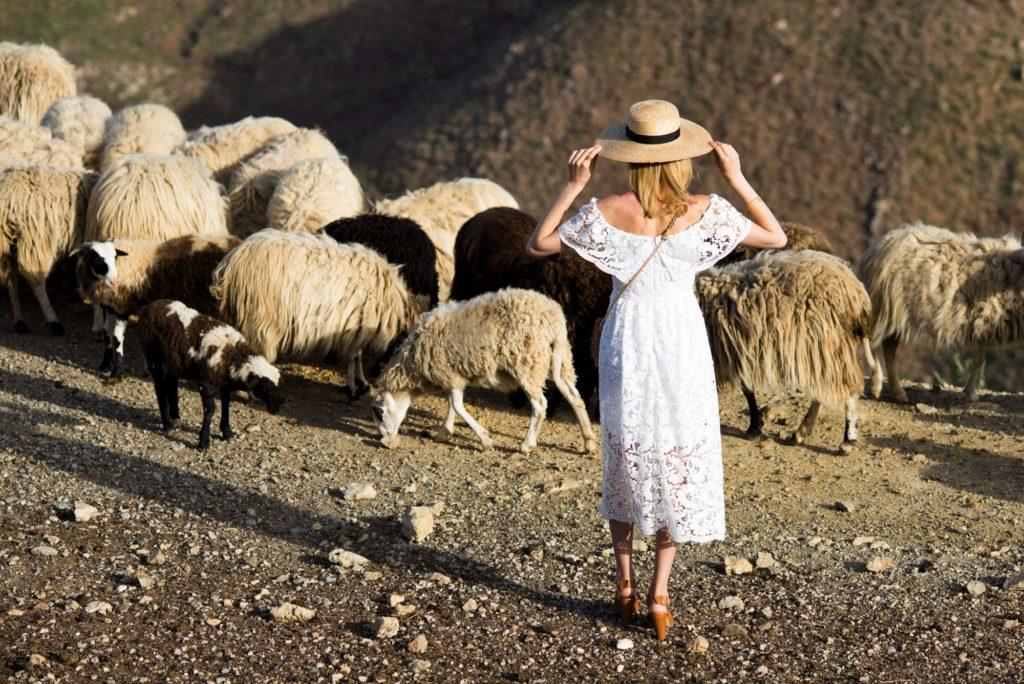sesja charlize mistery w grecji w koronkowej sukience i kapeluszu hathat