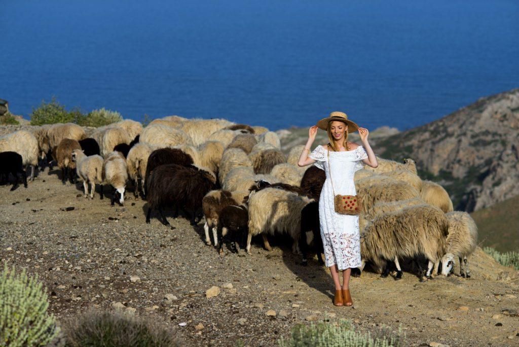 charlize mistery w kapeluszu xxl wśród owiec