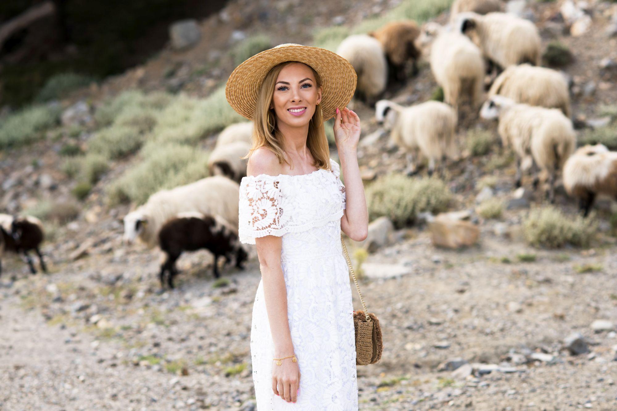 modelka w letnim kapeluszu