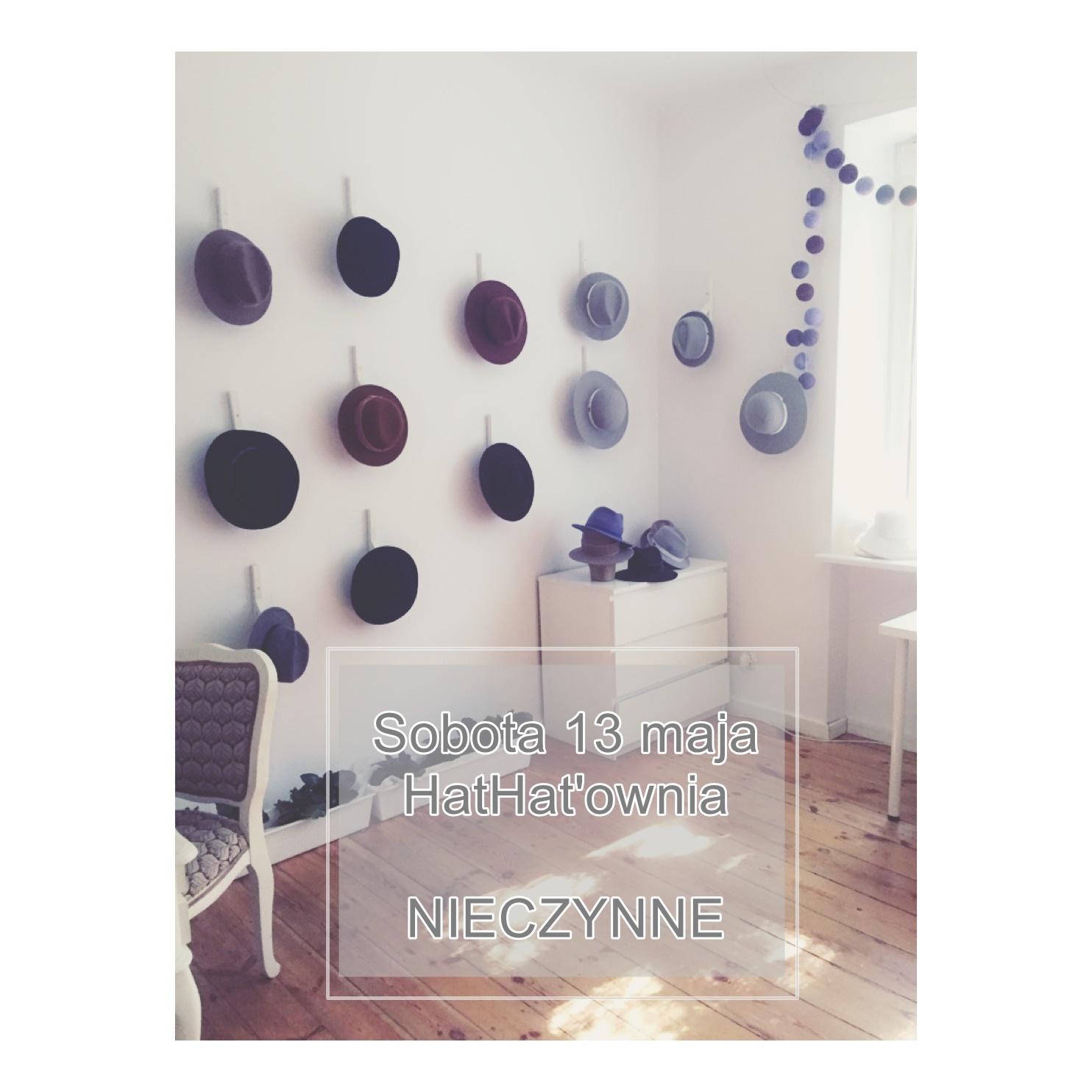 kapelusze wiszące na ścianie w warszawskim atelier