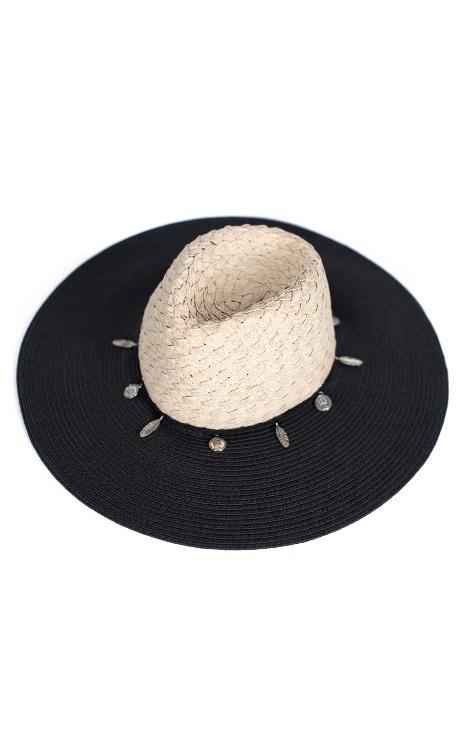 kapelusz z czarnym randem i białym środkiem typu boho