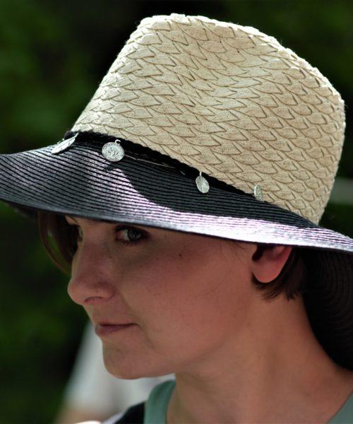 kobieta w kapeluszu boho z czarnym rondem i białym środkiem
