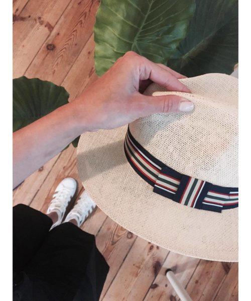 kapelusz letni w salonie hathat wersja biała